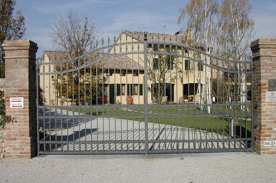 Cancello classico in ferro battuto a treviso cadorin for Foto cancelli in ferro